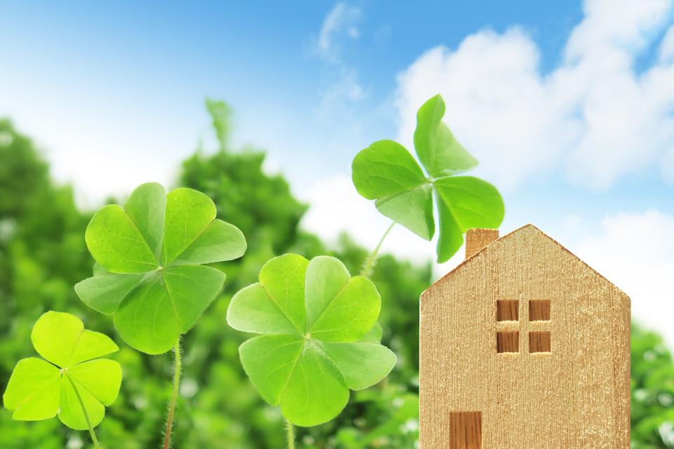 四つ葉のクローバーと家の積木
